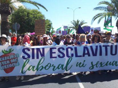 """Cientos de personas se manifiestan este domingo en Huelva por la """"situación de impunidad"""" que sufren las temporeras."""
