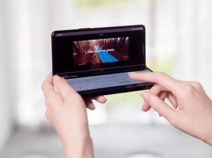 El Galaxy Z Fold3 5G tiene un acabado elegante y una gran pantalla de 7,6 pulgadas que puede plegarse por la mitad y utilizar solo su pantalla exterior, de 6,2 pulgadas.
