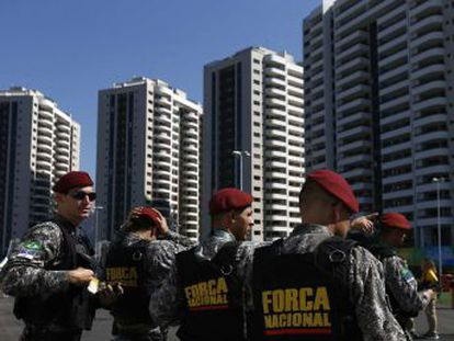 A 10 días de los Juegos, la ciudad olímpica se militariza y el descontento se refleja en la destrucción de símbolos