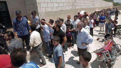 Enormes filas para comprar pan en un pueblo cerca de Alepo.