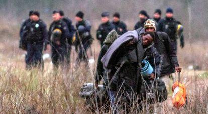 La policía desaloja un campamento de migrantes, el pasado 29 de diciembre en Calais (Francia).