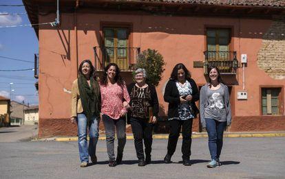Cinco vecinas de Vegas del Condado: Alba Rueda, Rocío Álvarez, Julia Gago, Luisa Aller y Pilar Sancho, ante la casa que la segunda ha comprado para remozar.