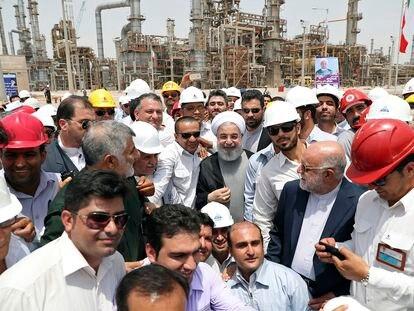 El presidente iraní, Hasán Rohaní, en la inauguración de una refinería en Bandar Abbas, Irán, en abril de 2017.