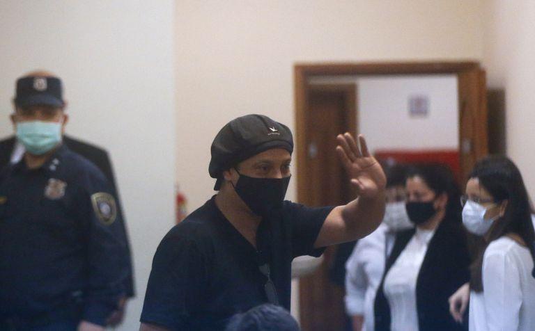 El exfutbolista brasileño Ronaldinho, este lunes en el Palacio de Justicia de Asunción, Paraguay.