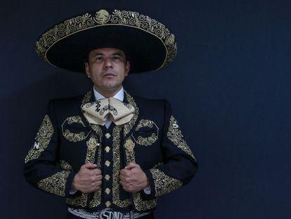 El Capitán Segundo Músico Pablo del Rosario Camargo Castro, director del mariachi del Ejército mexicano, en su traje de charro.