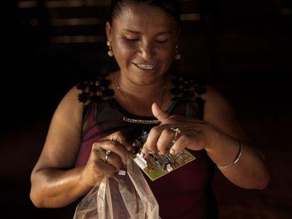 Martha Alicia Benavente, de Tucurú, en Guatemala se formó para ser ingeniera solar, con lo que pudo iniciar un negocio de fabricación de lámparas. Imagen tomada en 2018.