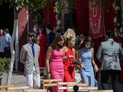 Varias jóvenes pasean por las calles engalanadas de Cantillana (Sevilla) este miércoles festivo.