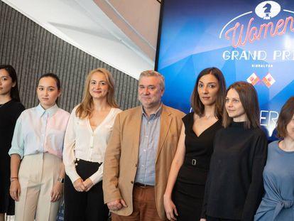 El ministro Steven Linares, ayer en Gibraltar, junto a seis de las participantes en el Gran Premio Femenino; de izquiera de derecha, las kazajas Saduakássova y Abdumalik, la búlgara Stefánova, la rumana Bulmaga y las ucranias Anna y Mariya Muzychuk