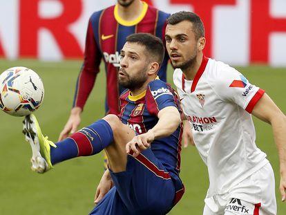 Jordi Alba controla el balón ante Joan Jordán este sábado en el Sánchez Pizjuán.