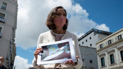 La ministra de Industria y Comercio, Reyes Maroto, muestra una fotografía el pasado 26 de abril de la navaja ensangrentada que recibió  en un sobre, a su salida del Congreso de los Diputados.