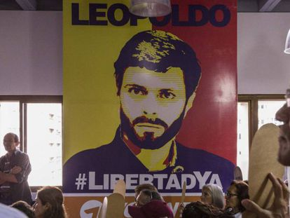 Un grupo de personas exige la libertad de Leopoldo López.