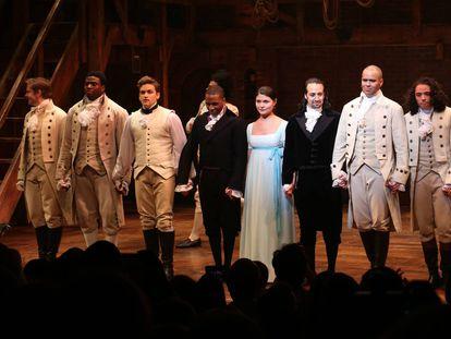 Los actores del musical 'Hamilton' saludan al final de una función.
