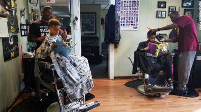 Dos barberos trabajan en la peluquería The Fuller Cut en Ypsilanti (Míchigan).