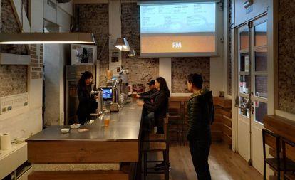 Varios clientes en la Fábrica Maravillas, una 'brewpub' situada en pleno corazón del barrio de Malasaña (Madrid).
