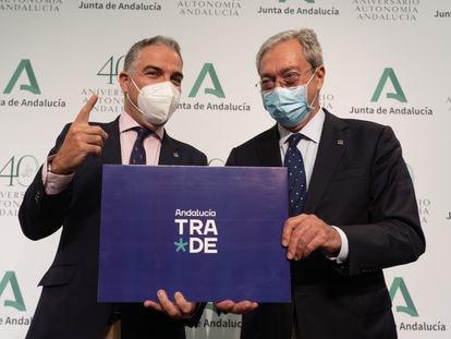 El portavoz del Gobierno andaluz, Elías Bendodo, y el consejero de Transformación Económica, Rogelio Velasco, durante la presentación de la creación de la agencia TRADE el 3 de agosto.