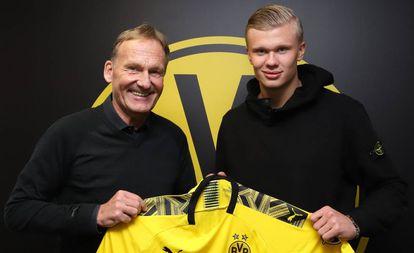 Hans-Joachim Watzke, con Erling Braut Haaland a su llegada al Borussia Dortmund.