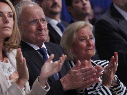 Los padres de Miguel Ángel Blanco, emocionados tras la emisión de un vídeo en recuerdo de su hijo. A su lado, la presidenta de la Cámara vasca, Arantza Quiroga, en una imagen de 2012.