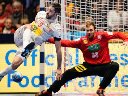 Entrerríos anota un gol de espaldas ante Alemania.