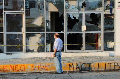 Una persona observa los destrozos ocasionados a las instalaciones del Instituto de Elecciones y Participación Ciudadana en la ciudad de Tuxtla Gutiérrez, Chiapas (México).