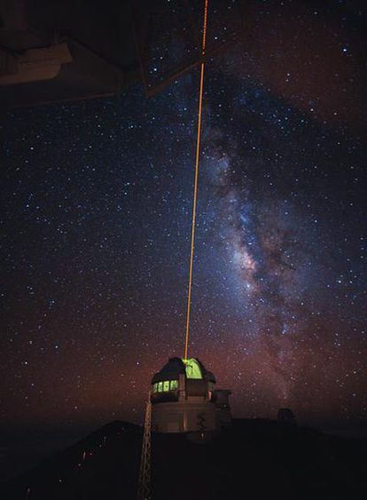 Fotografía de larga exposición (aproximadamente un minuto) del telescopio Gemini Norte (Hawai) utilizando una estrella artificial (haz láser) para la corrección.