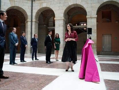 La presidenta de la Comunidad de Madrid, junto a varios representantes del sector taurino