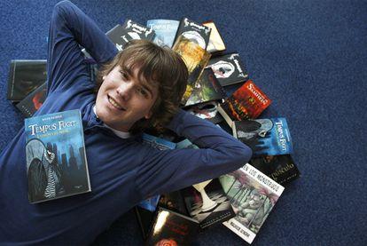 Javier Ruescas, con su último libro y algunos de sus favoritos.
