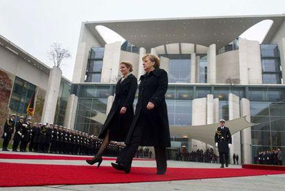 La canciller, Angela Merkel (derecha), junto con la primera ministra de Dinamarca, Helle Thorning-Schmidt, ayer en Berlín.
