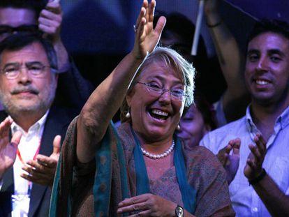 Bachelet ancohe en Santiago tras conocer su victoria.
