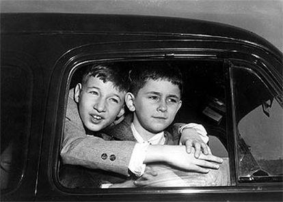 Michael Rosenberg (izquierda) y su hermano Robert, en una imagen de 1953 tras visitar a sus padres en la cárcel.