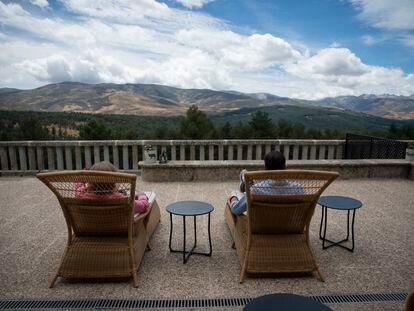 Dos visitantes contemplan las vistas desde el Parador de Gredos (Ávila).