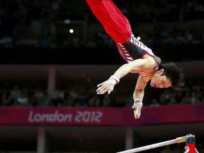 Uchimura falla en su ejercicio en barra fija.