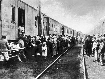 Un tren lleva suministros a los prisioneros y sus familias que van a los campos de trabajo de Siberia, a finales de la década de 1920.