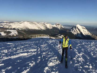 Un alpinista practica esquí de montaña en solitario en las montañas del Duranguesado, Vizcaya.