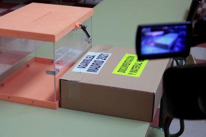 Vista de una de las urnas ya listas en el colegio Ciudad de Roma, en la víspera de las elecciones de la Comunidad de Madrid.
