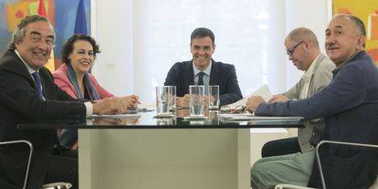 De izquierda a derecha, Juan Rosell, presidente de CEOE; Magdalena Valerio, ministra de Trabajo, Pedro Sánchez, presidente del Gobierno; Unai Sordo, Secretario general de CC OO, y José Álvarez, secretario general de UGT, reunidos en el Palacio de La Moncloa