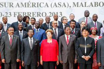 Fotografía cedida por Presidencia de Brasil hoy, viernes 22 de febrero de 2013, de la mandataria brasileña, Dilma Rousseff (c), y su par de Bolivia, Evo Morales (d), durante la foto oficial de la III Cumbre del foro de cooperación América del Sur-África (ASA) en Malabo (Guinea Ecuatorial).