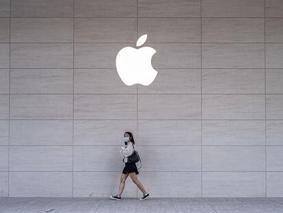 Una mujer pasa por delante de una tienda Apple en Taipéi, Taiwán, el 15 de noviembre