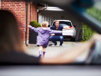 El reparto equitativo del cuidado de los hijos se triplica en diez años por un cambio de mentalidad e impulsado por la legislación. Los expertos demandan estudiar sus efectos
