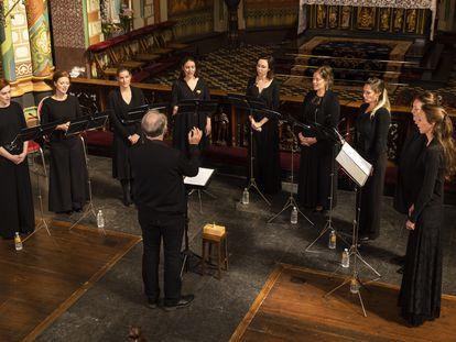 El grupo Psallentes y su director, Hendrik Vanden Abeele, durante uno de los seis conciertos que ofrecieron el sábado en la Sint Willibrordkerk de Utrecht.