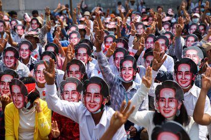 Manifestantes, con máscaras de la líder Aung San Suu Kyi, participan en una marcha contra el golpe militar en Yangón (Myanmar), este domingo.