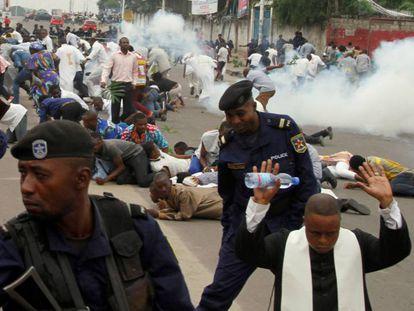 La policía dispersa con gases lacrimógenos a la manifestación de los católicos en Kinshasa.