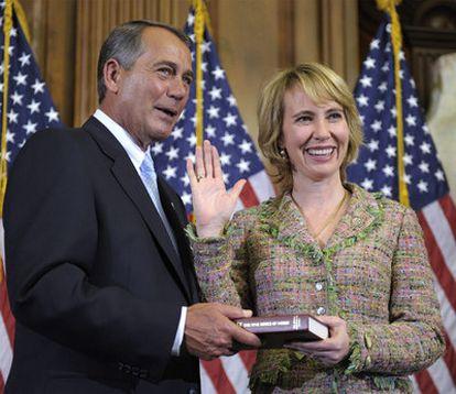 Gabrielle Giffords toma posesión de su cargo junto al líder de la Cámara de Representantes, John Bohener, el pasado día 5.