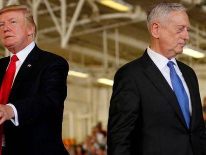 Donald Trump, a la izquierda, junto al jefe del Pentágono, Jimm Mattis, el pasado julio en la base de Norfolk (Virginia).