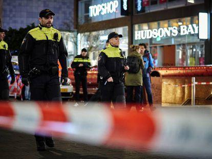 La policía holandesa acordona el lugar del apuñalamiento. En vídeo, imágenes de las redes sociales tras el ataque.