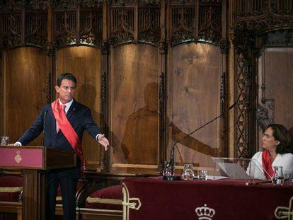 Manuel Valls y Ada Colau en el acto de investidura.