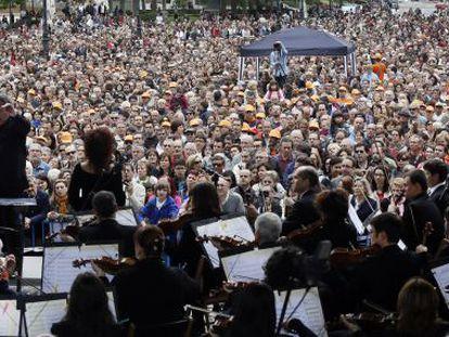 José Ramón Encinar dirige a la Orquesta y Coro de RTVE en el concierto ofrecido el domingo en la plaza de Oriente de Madrid.