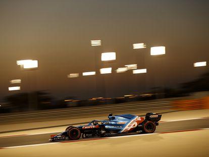 Fernando Alonso, con el monoplaza de Alpine en un entrenamiento en el circuito de Sakhir, en Bahréin, el pasado 14 de marzo.