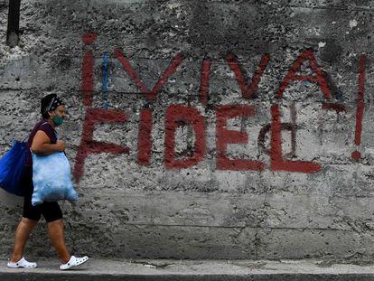 Una mujer camina delante de una pintada en la que se lee ¡Viva Fidel!, en La Habana este 26 de julio.