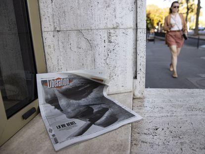 Un ejemplar del diario 'Libération', anunciando la muerte de Belmondo, en el portal de su casa la mañana del martes, al día siguiente de su fallecimiento.