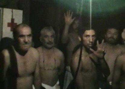 Con la videocámara que poseen en el interior de la mina, los 33 atrapados mandaron un mensaje a sus familiares.